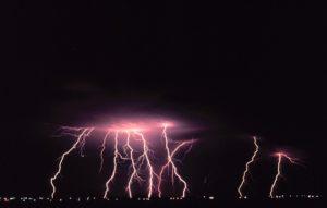 молнии над городом ночью